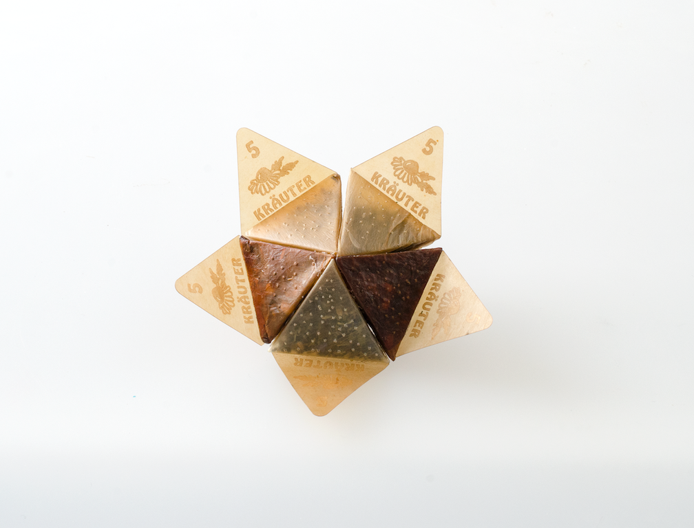 Prototype of tea bags made by different shades of apple peels cellulose. Foto: Emma Sicher